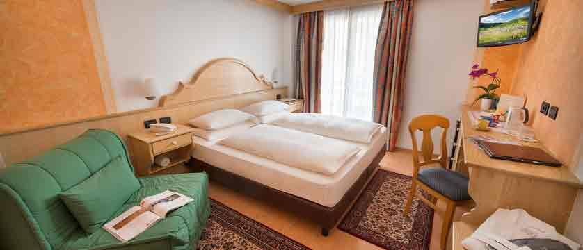italy_livigno_hotel-st-michael_bedroom.jpg